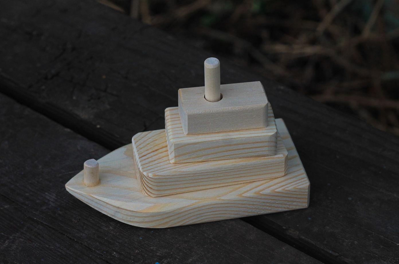 Деревянная лодка пирамидка