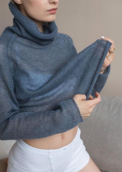 Женская вязаная водолазка ручной работы Квезаль