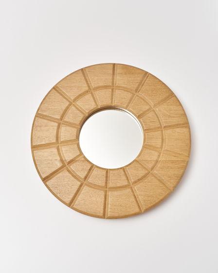 Зеркало настенное. Рама выполнена вручную из массива дуба. Диаметр рамы составляет 40 см.