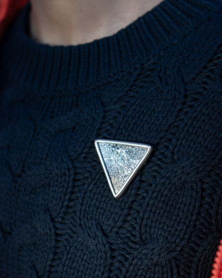 Треугольная брошь с блестками