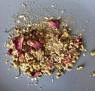 Ромашковый чай с лавандой и лепестками шиповника