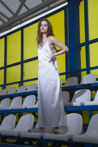Белое атласное платье с разрезом