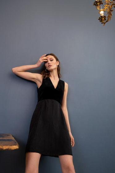 Вечернее платье со струящейся юбкой и глубоким декольте