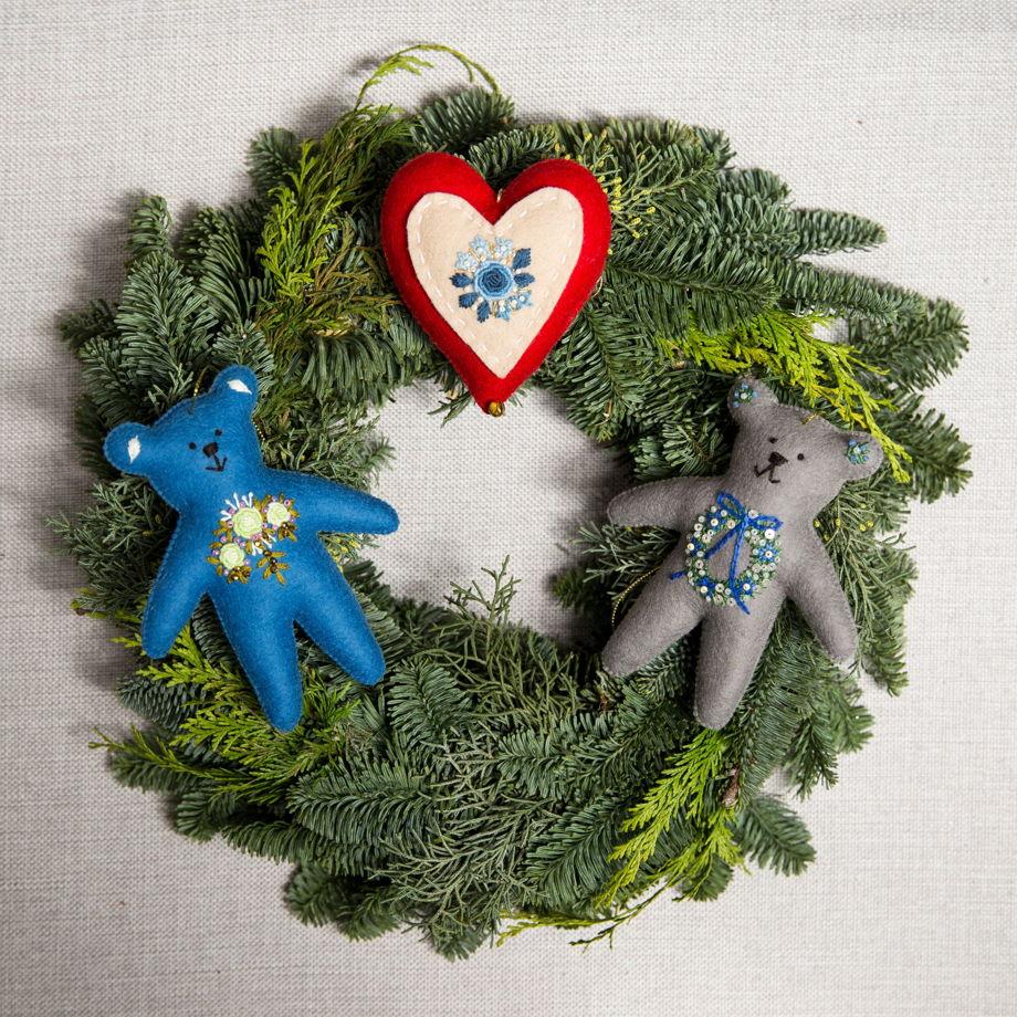 """Елочные игрушки из шерстяного фетра с ручной вышивкой """"От сердца к сердцу"""""""