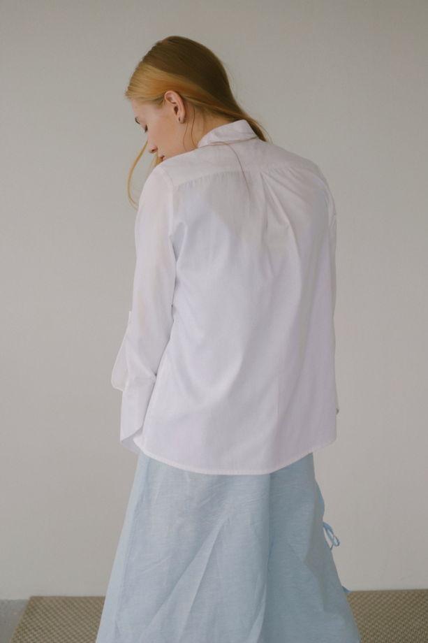 Рубашка с пуговицами по левой стороне и отрезными треугольными манжетами