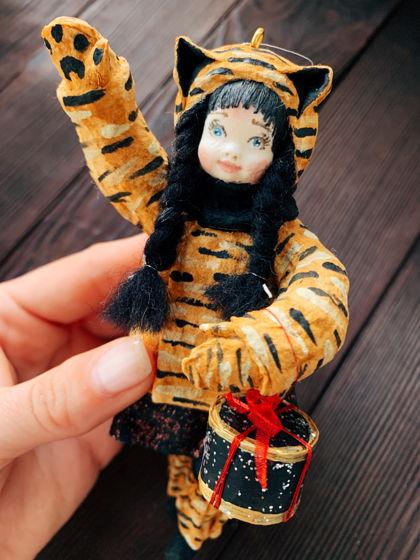 """Ватная елочная игрушка ручной работы и росписи """"Тигрица с подарком"""". Символ года 2022 тигр"""