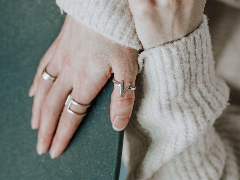 Кольцо V с острым уголком