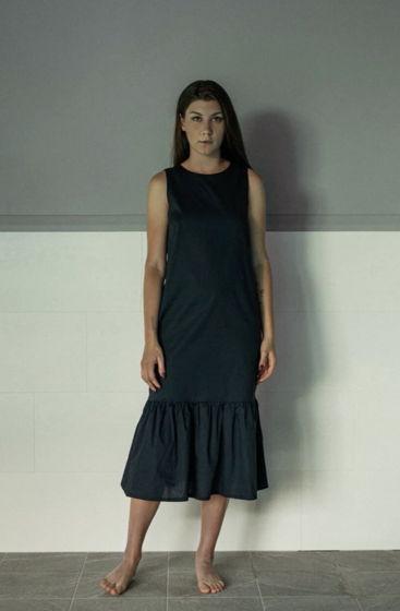 Темно-синее платье с V-вырезом на спине