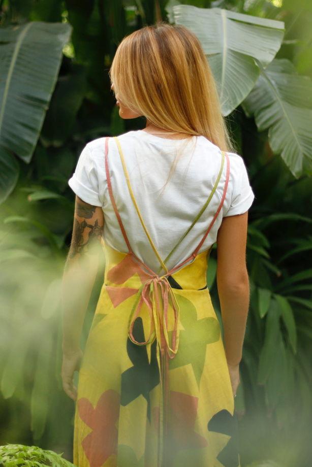 Жёлтый сарафан с абстрактным принтом со шнуровкой на спине