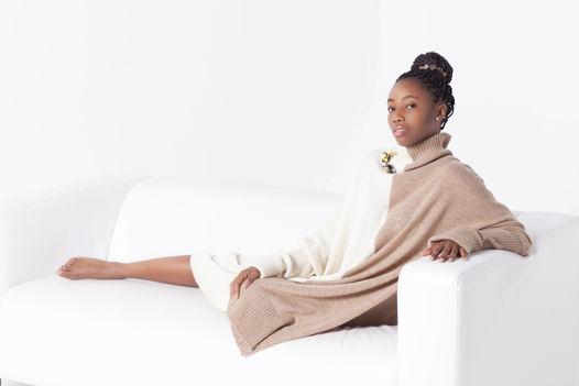 Вязаное платье-свитер экстра оверсайз с горлом двух цветов