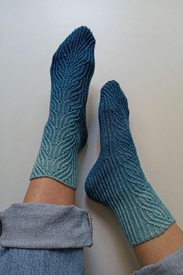 Градиентно-синие носки ручной работы