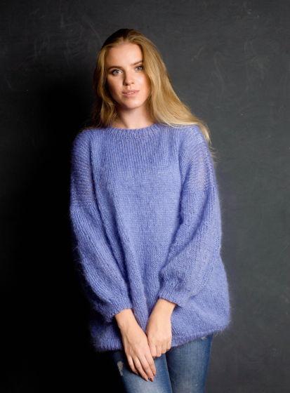 Нежно-голубой вязаный пуловер