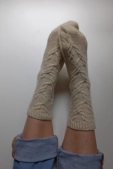 Теплые носки ручной работы из неокрашенной овечьей шерсти