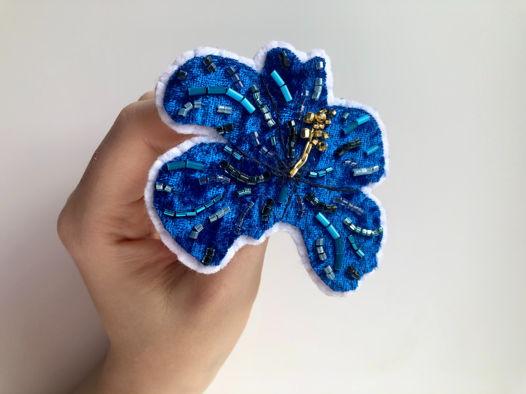 Брошь Цветок гибискуса синий
