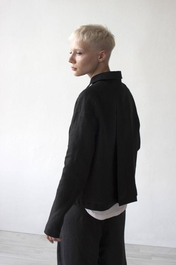 Женский черный жакет из льна.