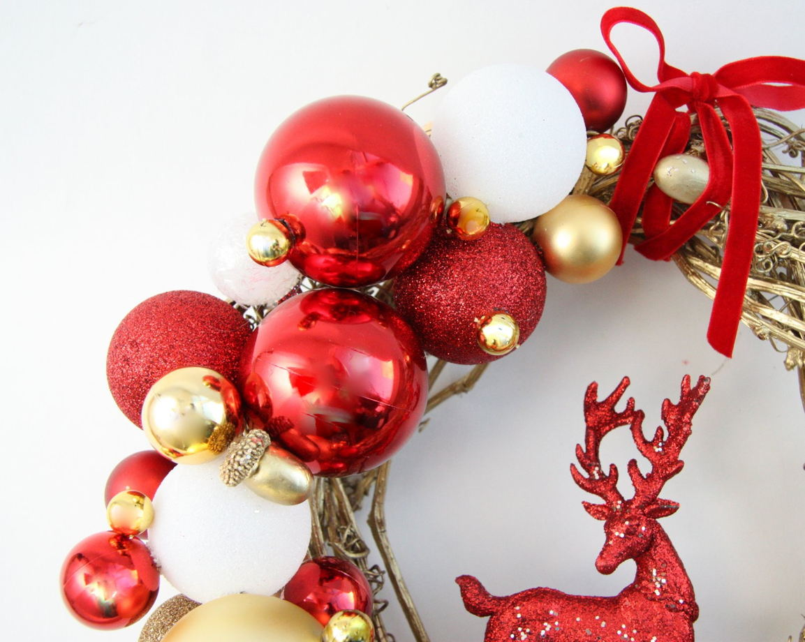 Рождественский венок красно-золотой с оленем