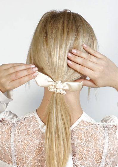 Резинка  для волос из натурального шёлка с хвостиками кремовая