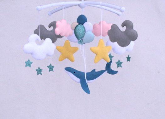 """Мобиль ручной работы из фетра """"Кит на воздушных шарах"""""""
