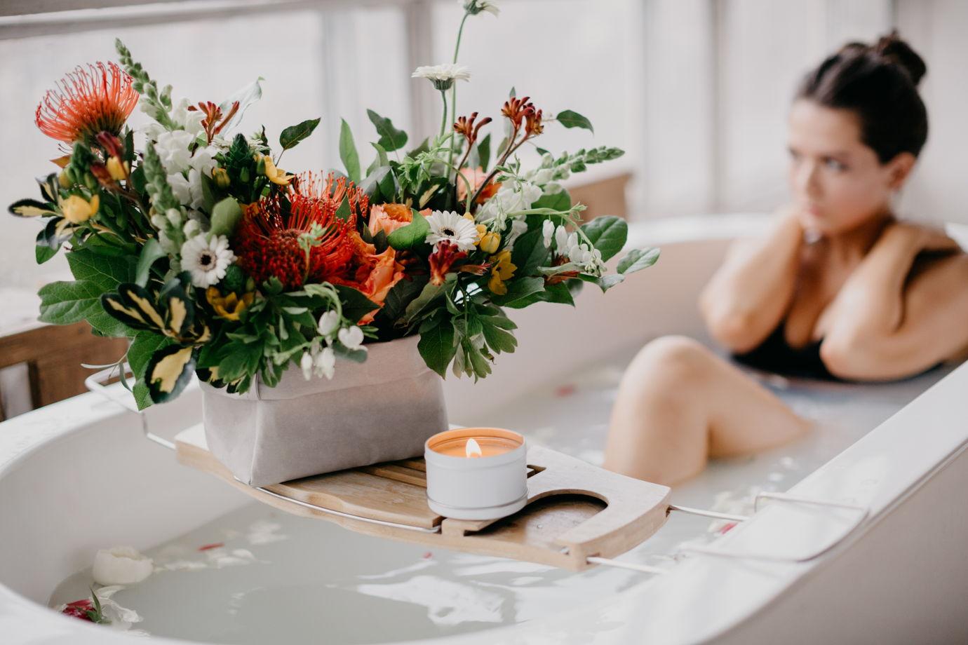 Композиция из живых цветов в крафт-мешочке XL