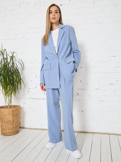 Голубой костюм в стиле оверсайз с широкими брюками