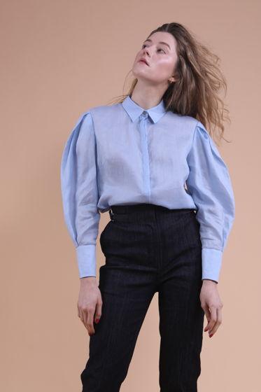 Голубая рубашка с объемными рукавами