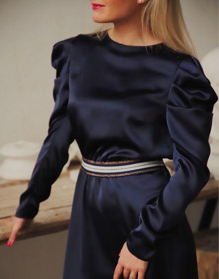 Платье с пышными рукавами и резинкой на поясе