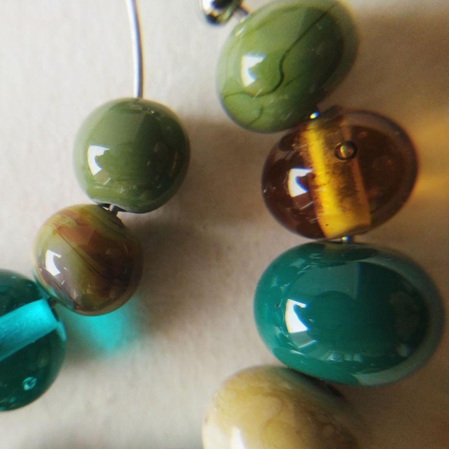 Серьги кольца с бусинами из стекла ручной работы  лэмпворк
