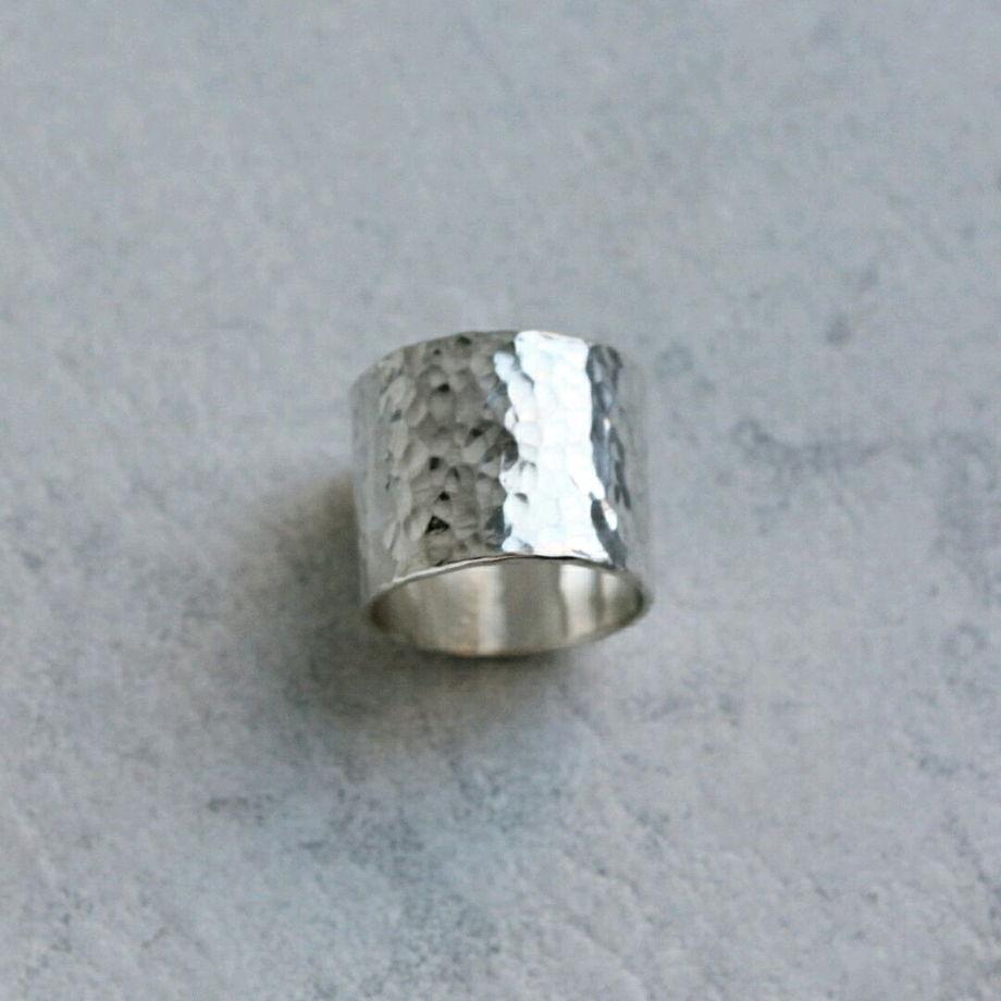Широкое серебряное кольцо с кованой фактурой
