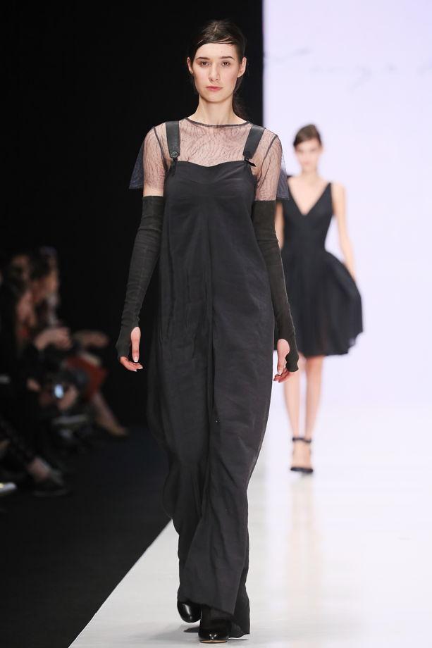 Сарафан с кожаными лямками, модель с подиума.