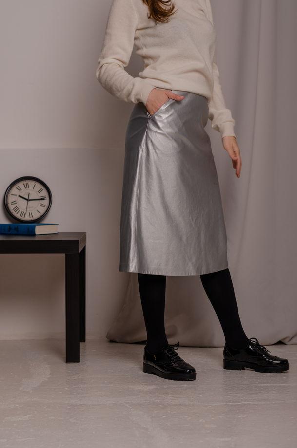 Юбка- трапеция длины миди серебристого цвета