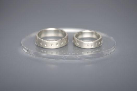 Обручальные кольца из серебра с надписью на латыни