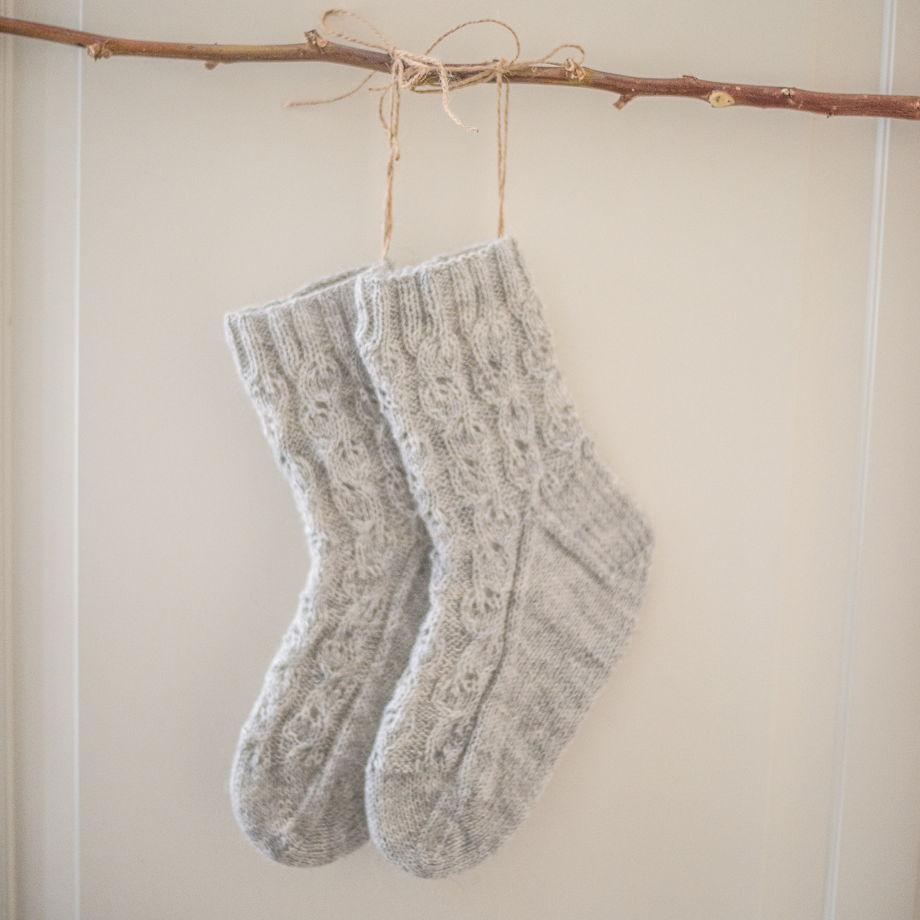 Тонкие ажурные вязаные носочки
