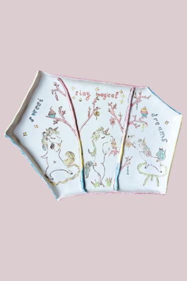 Блюдо из белой керамики ручной лепки с акварельной росписью - три единорожки сластены.