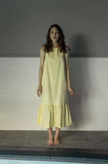 Лимонное платье с V-вырезом на спине