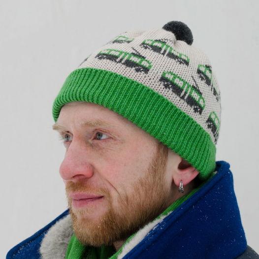 Теплая вязаная шапка с рисунком «троллейбус»
