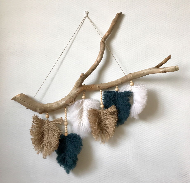 Панно из веток и шерстяных перьев