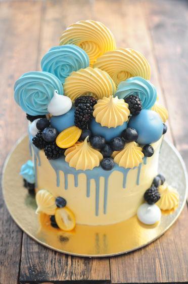 Торт - оформление special - с безе, ягодами и кейкпопсами