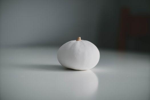 Белая большая фарфоровая тыква с золотым черешком Toni