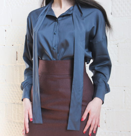 Шелковая блузка цвета морской волны с длинными завязками