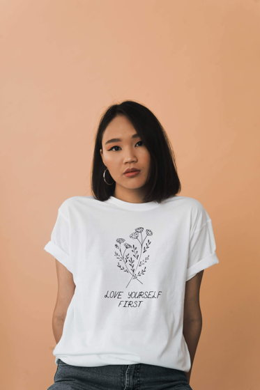 Белая женская хлопковая футболка «Love yourself first»
