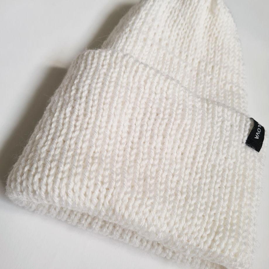 Вязаная шапка двухслойная с подворотом, связанная вручную