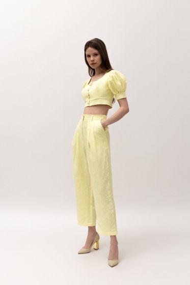 Льняной комплект из кроп-топа и брюк в желтом цвете