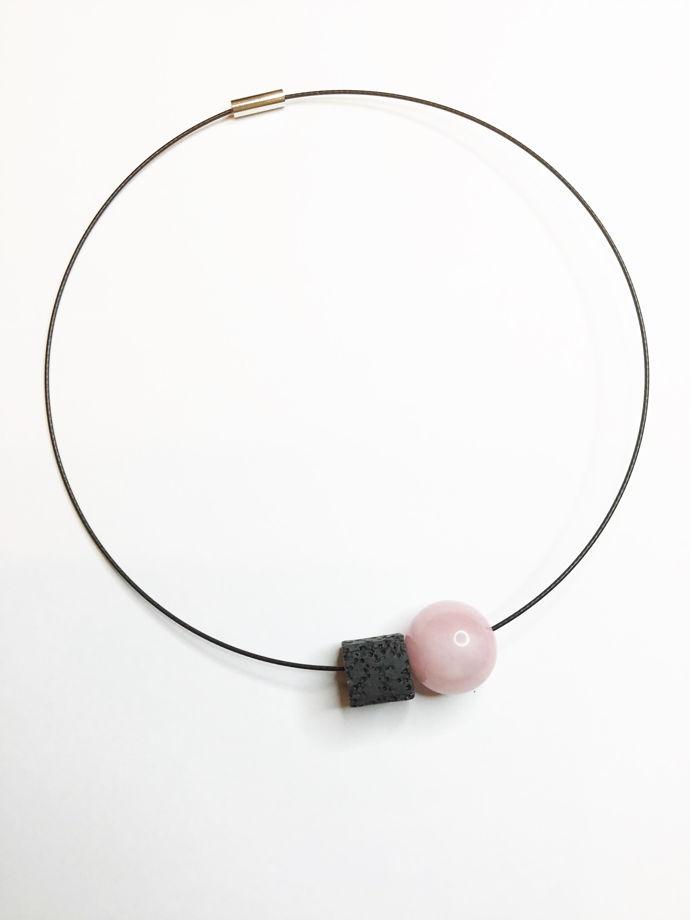 Чокер с черной лавой и розовым кварцем