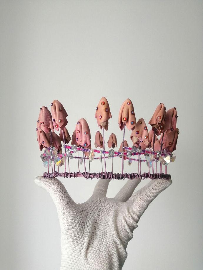 Розовая корона из грибов из натуральной кожи, стали и стекла