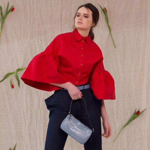 Куртка красная в виде рубашки.