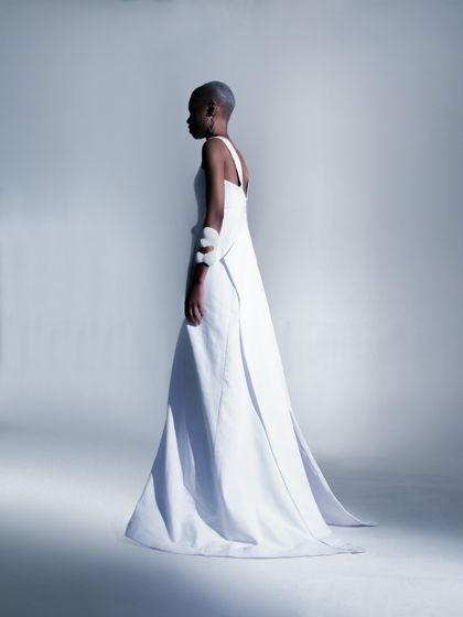 Длинное белое платье на молнии по спинке вечернее или свадебное