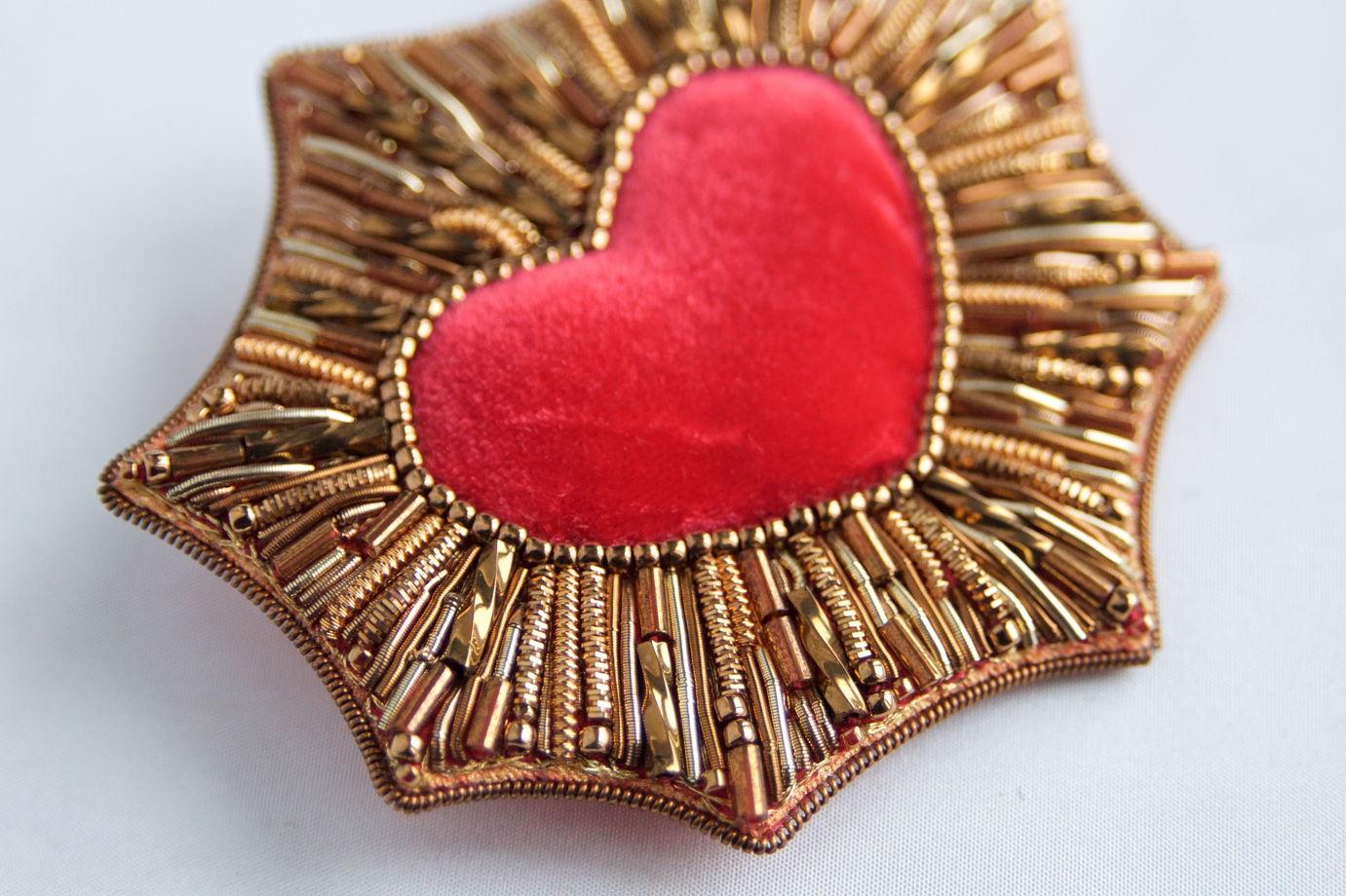 Брошь вышитая канителью красная с золотым святое сердце