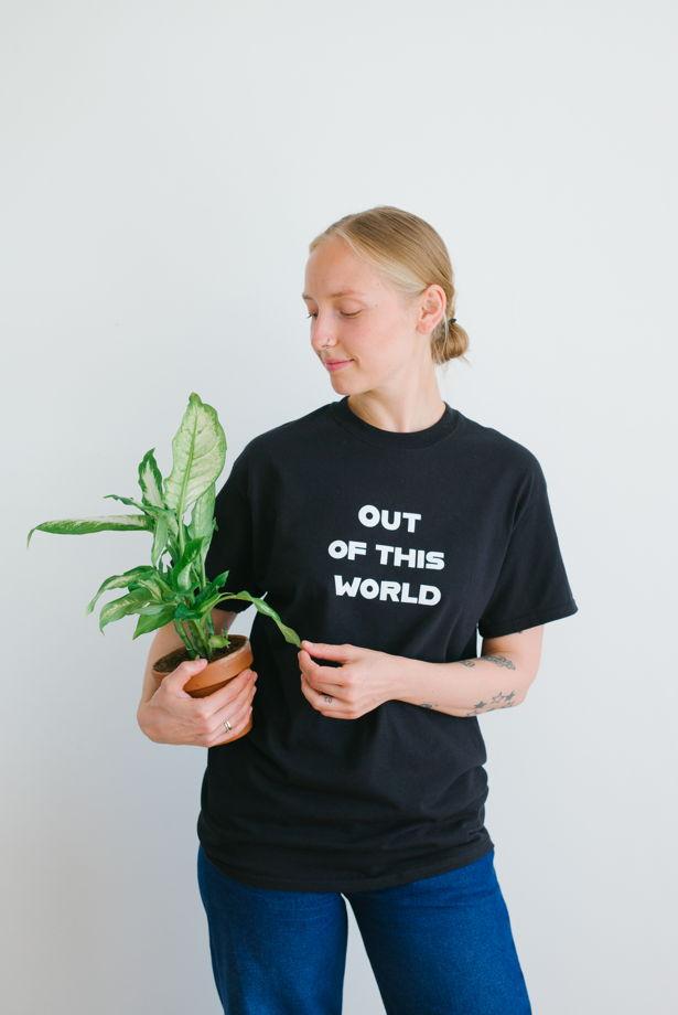 Черная футболка Out of this world