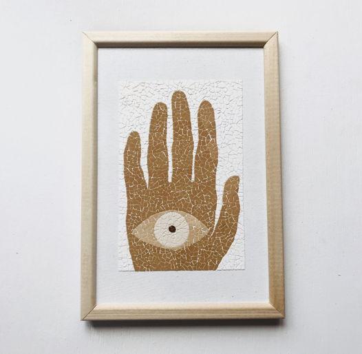 """Картина """"Глаз на Ладони"""" ручной работы из яичной скорлупы натуральных оттенков"""