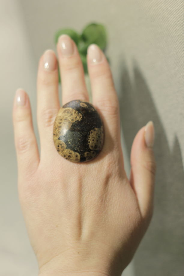 Деревянное кольцо из мореной березы с натуральным рисунком